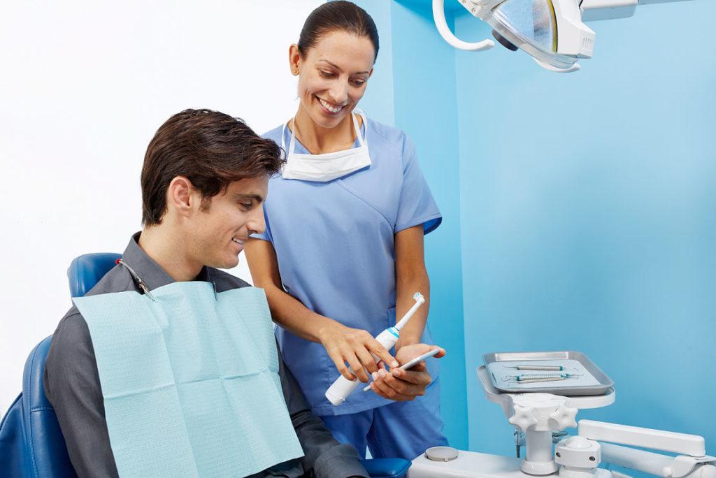 Tag der Zahngesundheit: Neue Studie widerlegt Mythos zu elektrischen Zahnbürsten