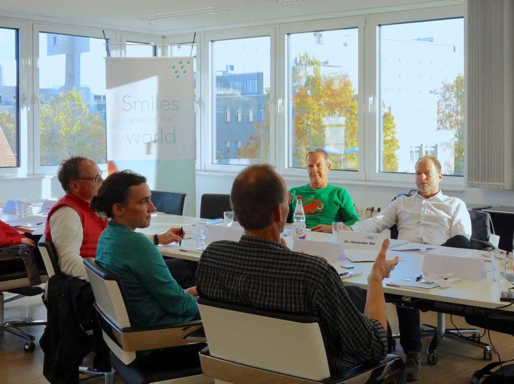 Abb. 5: Dr. Steffen Völker (Rhaunen), Dr. Sonja Schmidt-Schäfer (Alsfeld), Dr. Sascha Schmidt (Alsfeld), ZA Andreas Brückel (Weilburg) und Dr. Alexander Bär (Sohren) im Gespräch, von links nach rechts