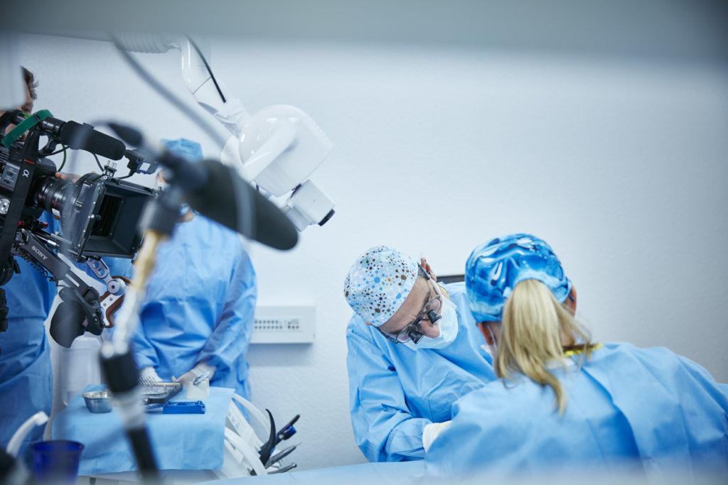 Beeindruckendes Video zu einer Live-Implantation im integrierten Workflow von Dentsply Sirona